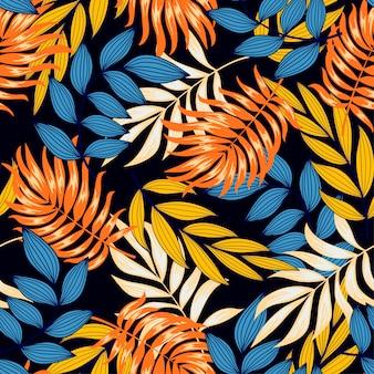 Original patrón tropical sin fisuras con hojas y plantas brillantes sobre un fondo oscuro