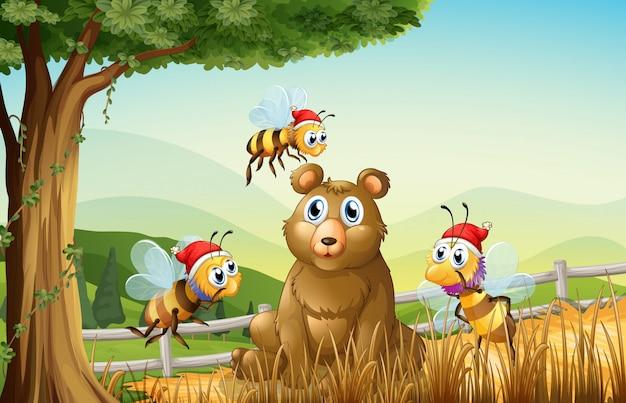Un oso en el bosque con tres abejas de santa