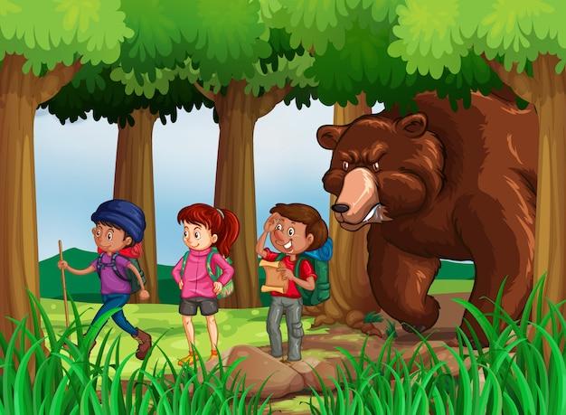 Oso persiguiendo excursionistas en el bosque