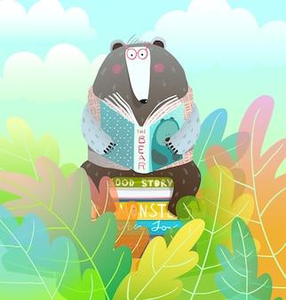 Oso sentado en la pila de libros leyendo un cuento de hadas en el colorido bosque de dibujos animados para niños.