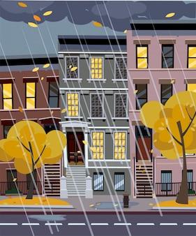 Otoño lluvioso calle de la ciudad por la noche.