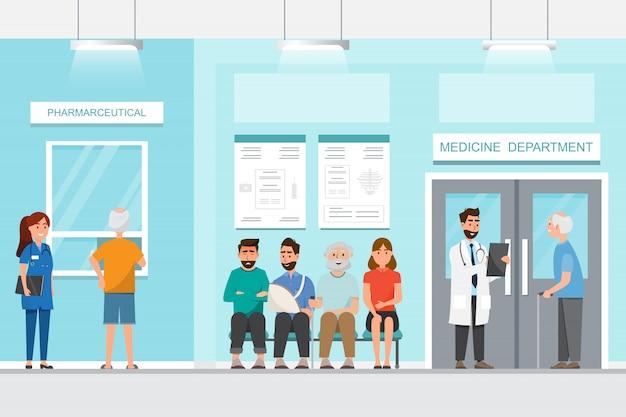 El paciente se sienta y espera frente al cuarto en el hospital.
