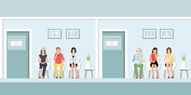 Pacientes esperando al doctor en frente de la sala de examen.
