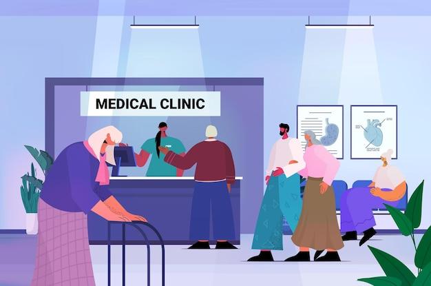 Pacientes mayores que visitan la oficina de la clínica médica recepcionista femenina dando información para personas mayores en el mostrador de recepción concepto de atención médica de la medicina ilustración vectorial horizontal