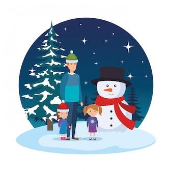 Padre e hijos con ropa de navidad en paisaje nevado