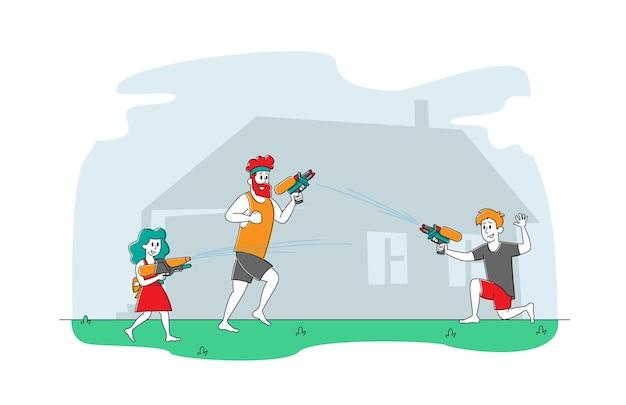 Padre feliz y niños jugando y disparando con pistolas de agua