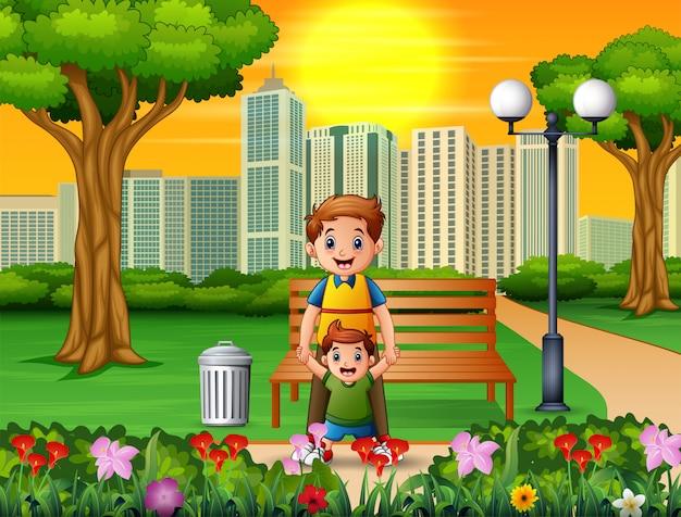 Padre feliz y su hijo en el parque de la ciudad.