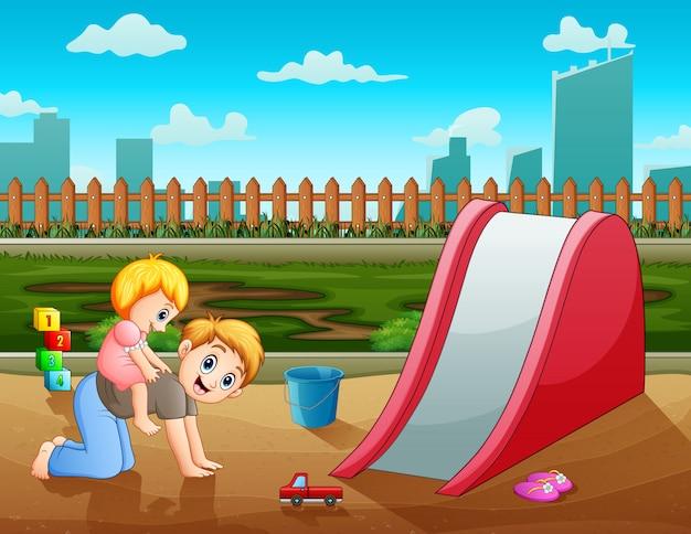 Padre con su hija jugando en el patio de recreo