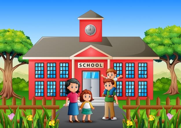 Los padres acompañan a sus hijos a la escuela.