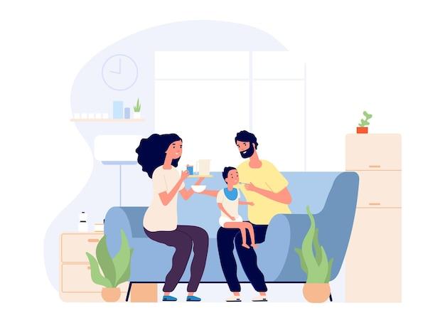 Padres y bebé. alimentación infantil, familia joven feliz juntos. madre, padre e hijo en el sofá con la ilustración de la comida. la mujer y el hijo recién nacido se alimentan, alimentación del niño pequeño en el salón