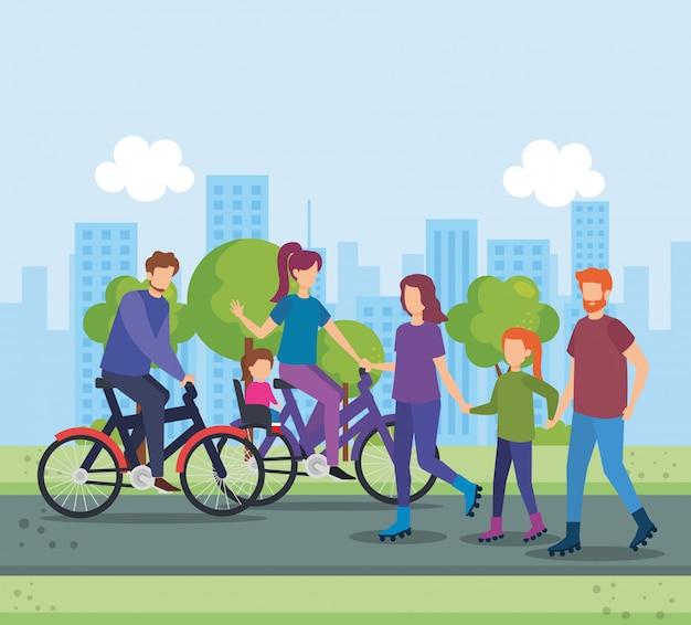 Padres en bicicleta con hija en el parque