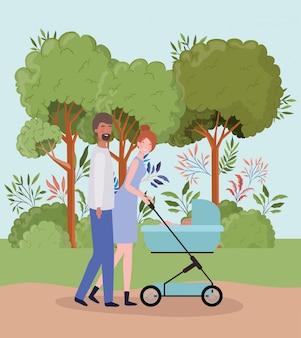 Padres cuidando a un bebé recién nacido con carro en el parque