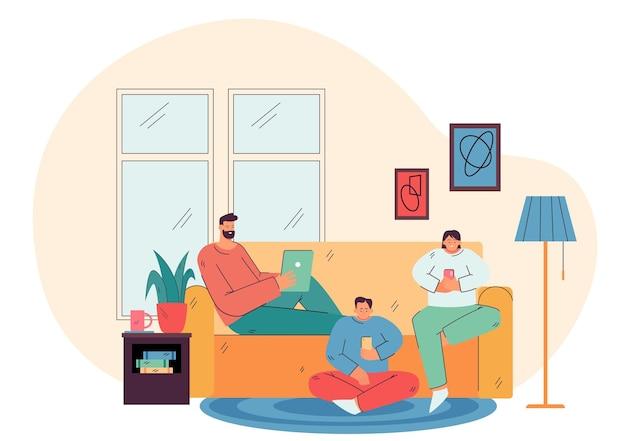 Padres e hijos sosteniendo sus teléfonos celulares y tabletas en casa, charlando en línea en las redes sociales