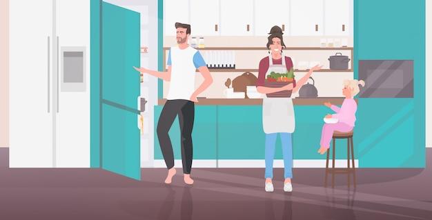 Padres con hija preparando comida familia pasar tiempo juntos concepto moderno cocina interior