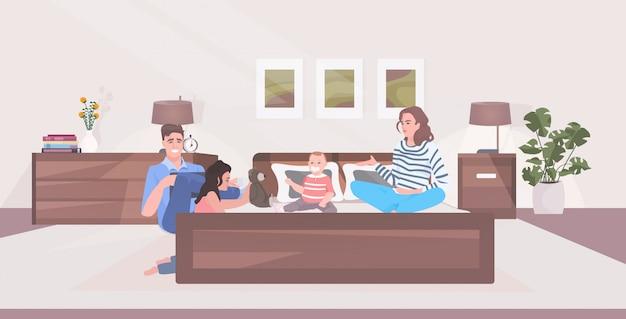 Padres con hijos pasando tiempo juntos