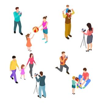 Padres isométricos con hijos y fotógrafos profesionales.