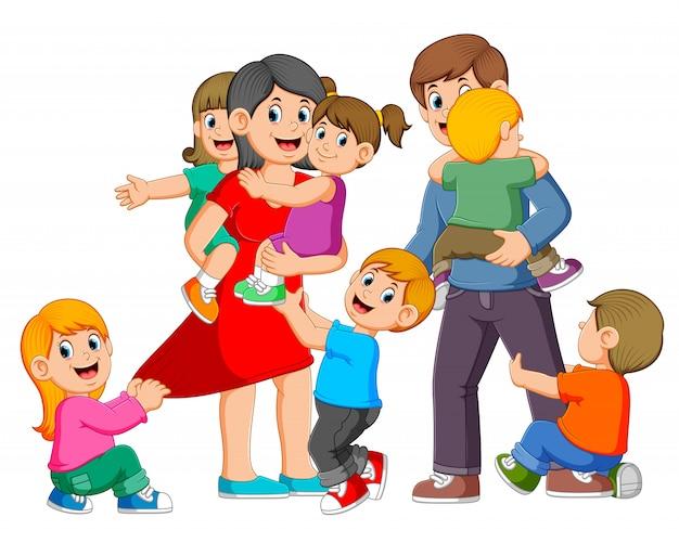 Los padres juegan con sus hijos y son felices.