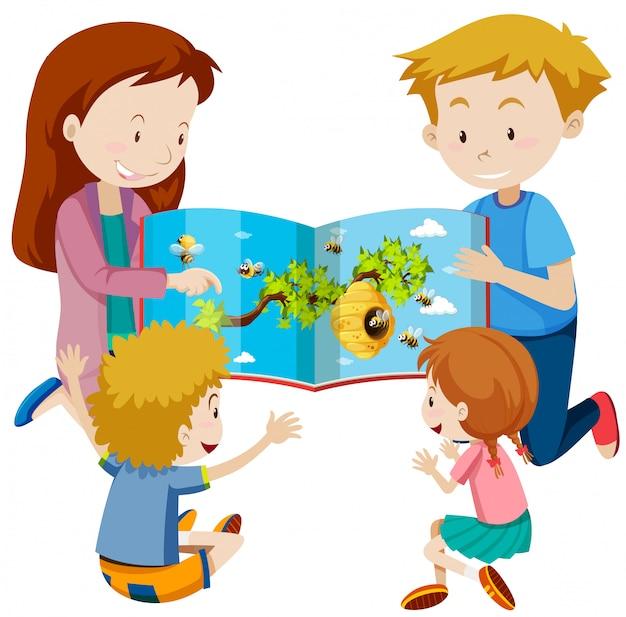Los padres leen el libro a los niños.