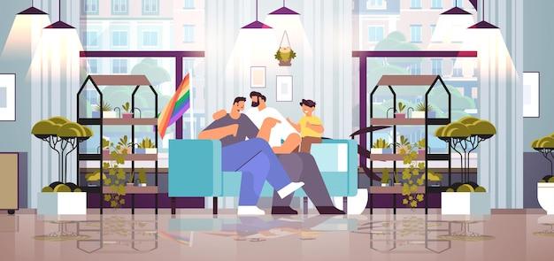 Los padres varones de la familia gay con un niño pequeño que pasan tiempo juntos aman el concepto de comunidad lgbt transgénero