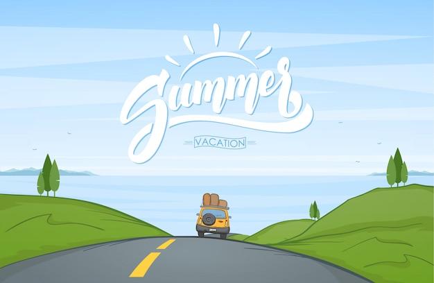 Paisaje de dibujos animados con viajes en coche por la carretera y letras escritas a mano de verano.
