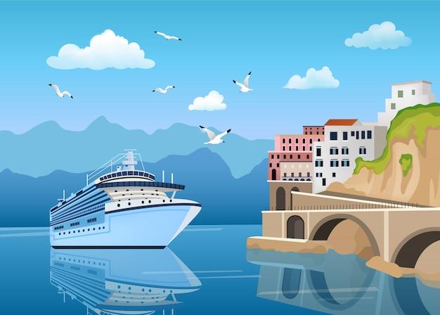 Paisaje con gran crucero cerca de la costa con edificios y casas, turismo