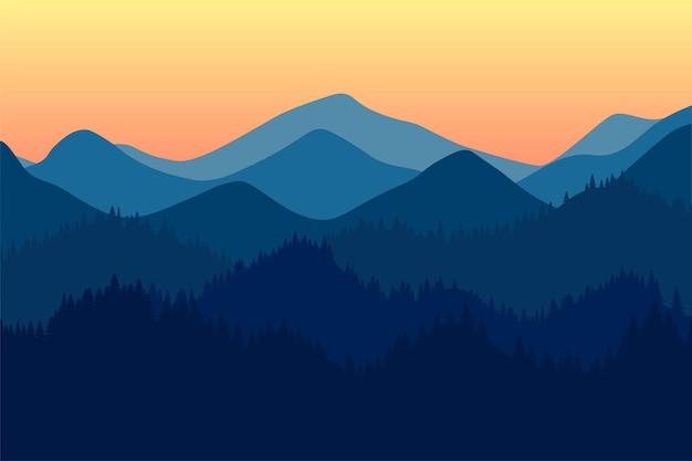 Paisaje de la mañana o de la tarde de la gama de las montañas con el amanecer y el atardecer de niebla y del bosque en la montaña
