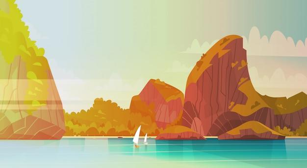 Paisaje del mar hermosa playa asiática con costa de la montaña vista al mar paisaje marino de verano