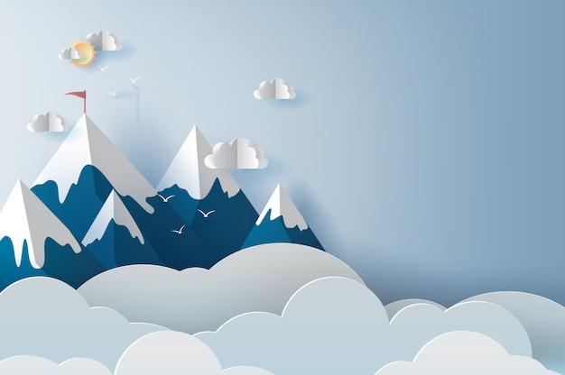 Paisaje y montañas nubosas