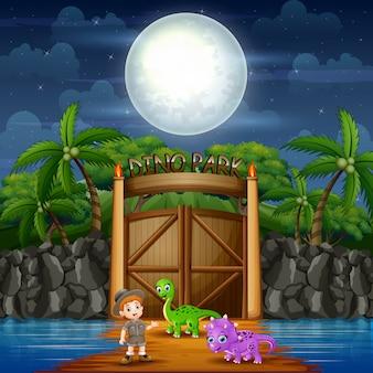 Paisaje nocturno del parque dino con dinosaurios y exploradores