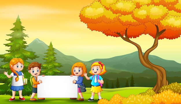 Paisaje de otoño con niños de la escuela con cartel en blanco