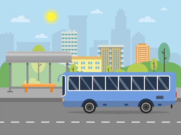 Paisaje urbano con estación de autobuses públicos.