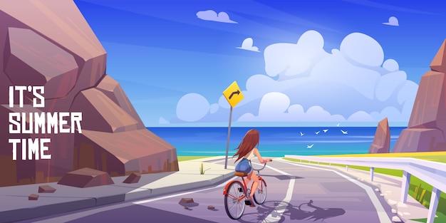 Paisaje de verano con chica en bicicleta y mar