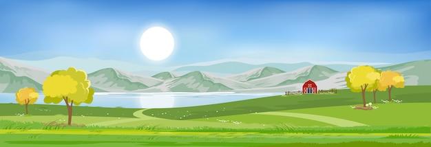 Paisaje de verano junto al lago con cielo azul y nubes,
