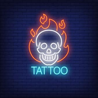 Palabra de neón del tatuaje con el cráneo sonriente en contorno de la llama.