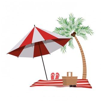 Palmera con sombrilla de playa a rayas.