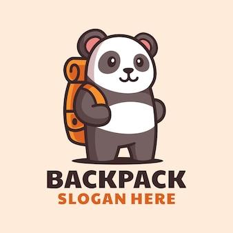 Panda de dibujos animados con el logo de la mochila