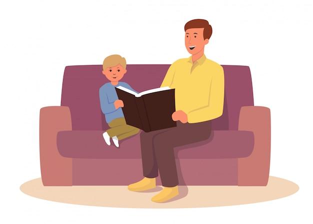 Papá e hijo están sentados en el sofá y leen un libro juntos.