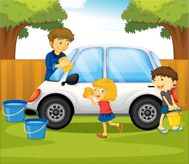 Papá e hijos lavando el coche en el parque