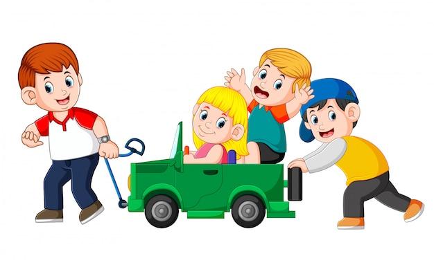 Papá y su hijo jugando con un gran carro de juguete.