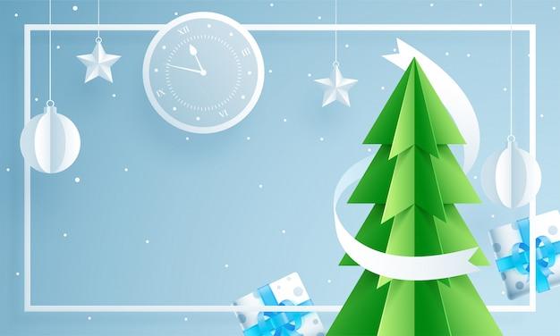 Papel cortado estilo árbol de navidad con reloj de pared, cajas de regalo, adornos colgantes y estrellas decoradas