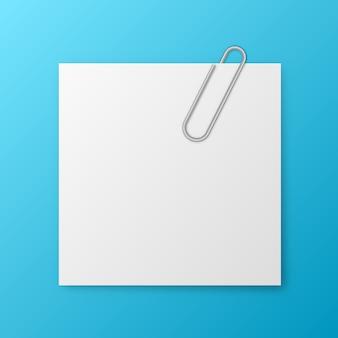 Papel de nota en blanco y clip metálico