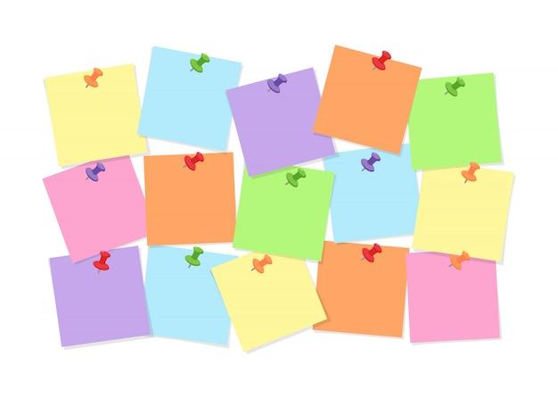 Papel de nota colorido adjunto a la placa con pines para anotaciones de memoria, mensajes o tareas aisladas en blanco
