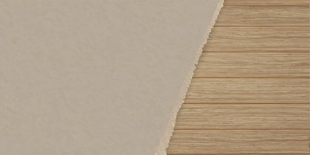 Papel de textura marrón rasgado sobre una pared de tablones de madera.