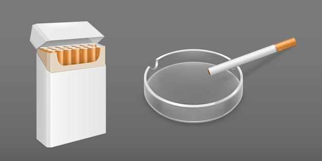 Paquete abierto de cigarrillos y cenicero