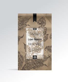 Paquete de café con etiqueta y boceto dibujado a mano de ramas de café y frijoles.