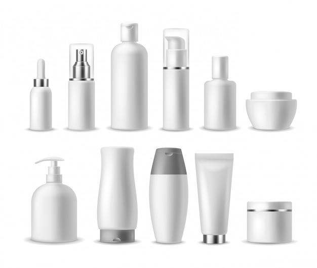 Paquete cosmético realista. botellas de cosméticos en blanco blanco, contenedores. productos de belleza. spray, jabón y crema, envases de champú