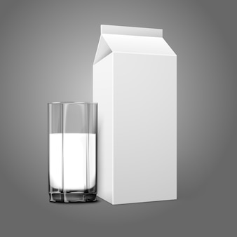 Paquete de papel en blanco blanco realista y vaso para leche