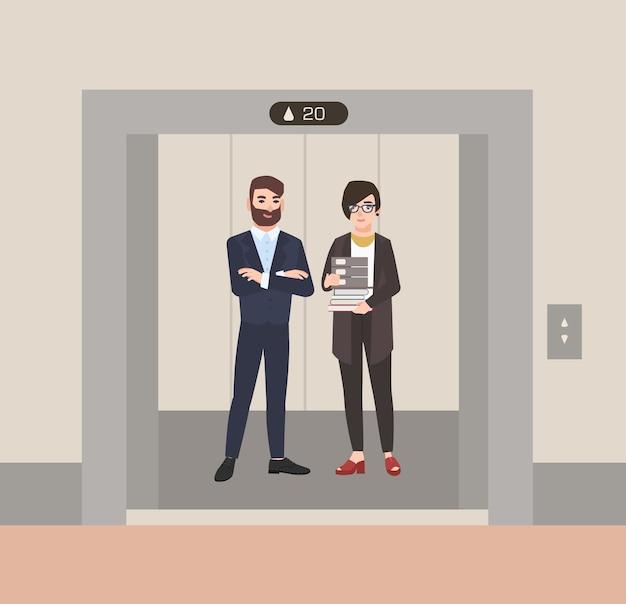 Par de empleados masculinos y femeninos amistosos felices o trabajadores de oficina de pie en el ascensor con las puertas abiertas. los colegas que esperaban dentro del ascensor se detuvieron en el piso del edificio. ilustración de dibujos animados plana.