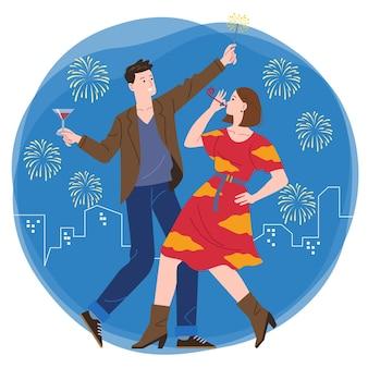 Un par de hombres y mujeres jóvenes festejan junto con el telón de fondo de los fuegos artificiales y la ciudad por la noche