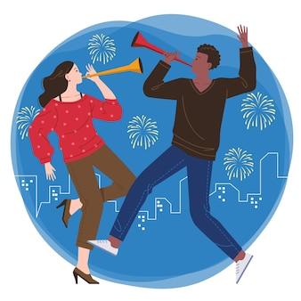 Un par de hombres y mujeres jóvenes festejan juntos y tocan la trompeta con el telón de fondo de los fuegos artificiales y la ciudad por la noche.